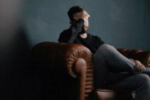 Ο αστιγματισμός μπορεί να έχει διάφορα συμπτώματα όπως η καταπόνηση των ματιών και οι πονοκεφάλοι