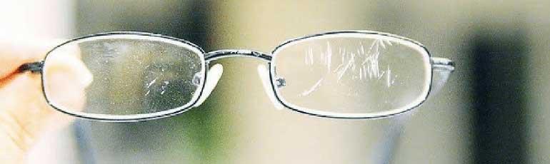 Καθαρισμός γυαλιών ηλίου από τις γρατζουνιές